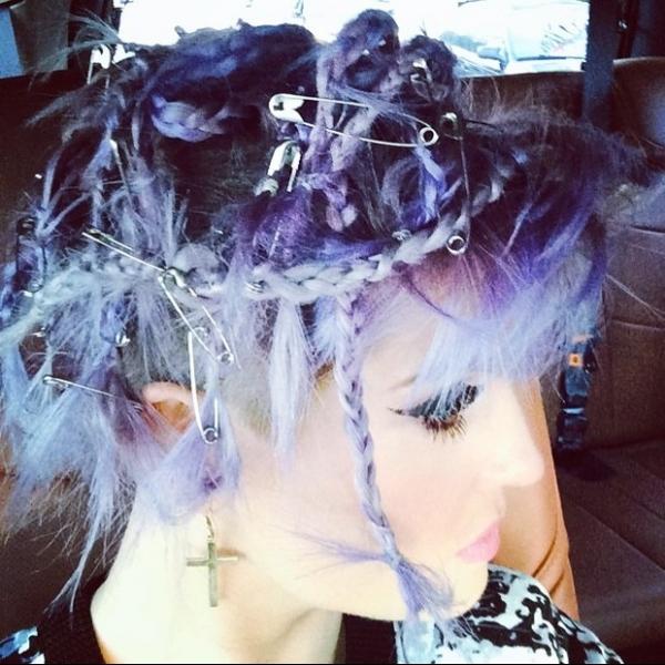 Kelly Osbourne inova, usa alfinetes em penteado e se diz