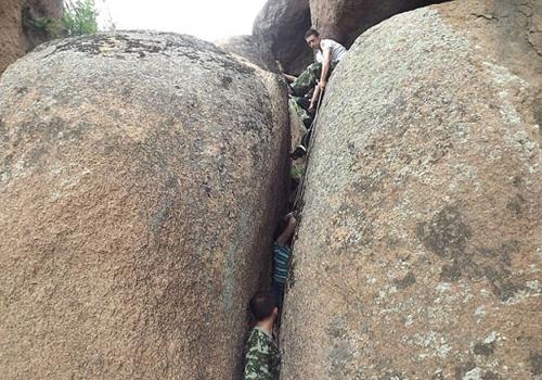Mulher fica presa entre rochas gigantes e é resgatada por bombeiros