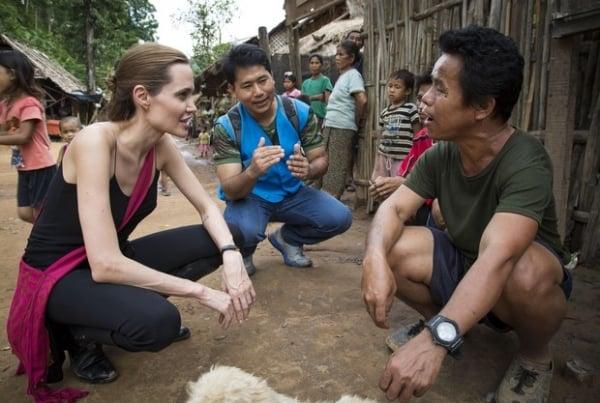 Braços finos de Angelina Jolie voltam a chamar atenção em viagem