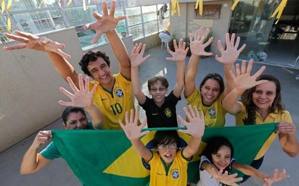 Família brasileira ?de seis dedos? torce para a conquista do hexa na Copa do Mundo