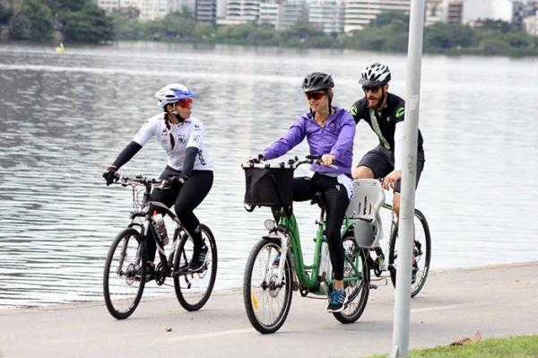 Fernanda Lima e Rodrigo Hilbert enfrentam o frio em passeio de bike