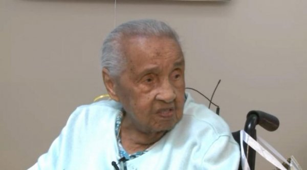 Idosa de 111 anos recebe diploma do ensino médio 96 anos depois de abandonar a escola