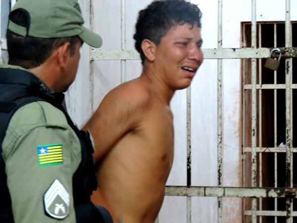 Jovem alterado chega em casa valente e tenta esfaquear seu pai