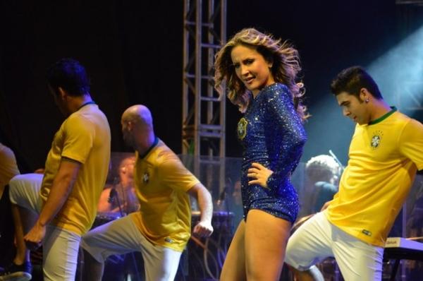 Claudia Leitte repete figurino sexy em primeiro show após abertura da Copa