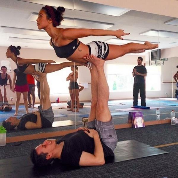 Dani Suzuki mostra equilíbrio e corpo em forma durante aula de ioga