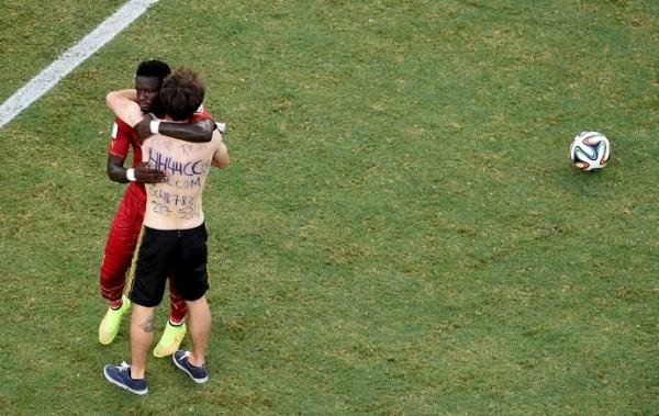 Invasor do jogo de Gana é acusado de atitude neonazista; Fifa estuda o caso