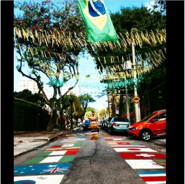 Isis Valverde aparece com look colorido, em rua no clima da Copa