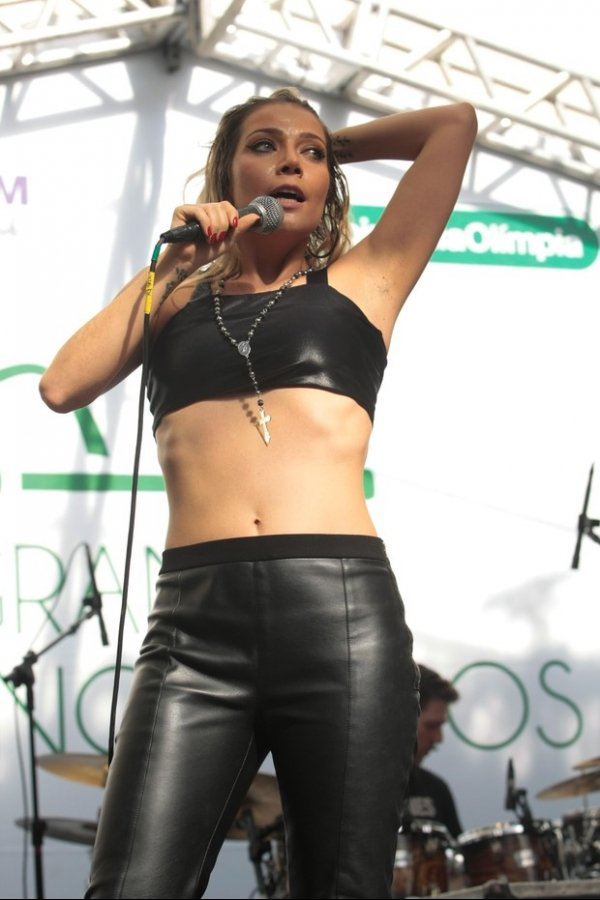 Luiza Possi tira a blusa e fica de top durante show