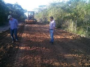 Prefeito Tonho Veríssimo acompanha serviços de recuperação de estradas vicinais