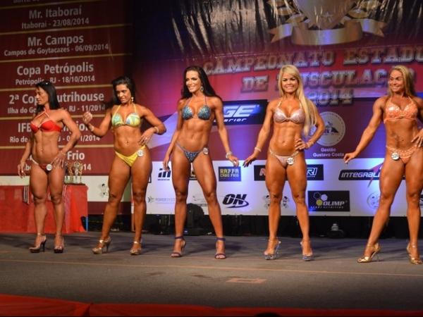 Carla Prata exibe corpo definido e ganha competição de fisiculturismo