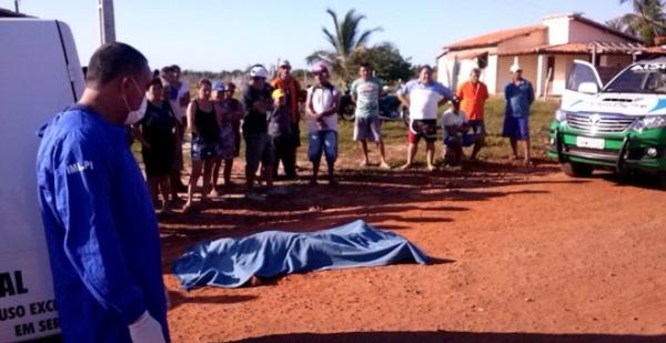 Carpinteiro bate a cabeça ao cair da moto e morre, em Luís Correia