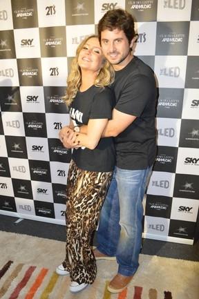 Claudia Leitte recebe o carinho do marido em bastidores de show