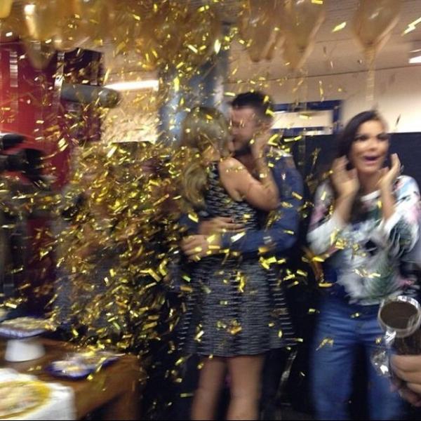 Em festa surpresa, Fernanda Lima ganha beijão de Rodrigo Hilbert