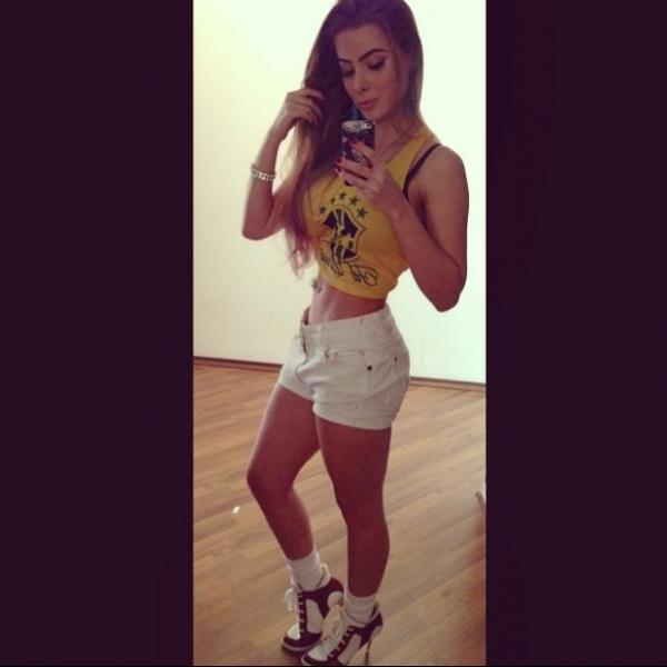 Rayanne Morais mostra cintura finíssima com look verde e amarelo