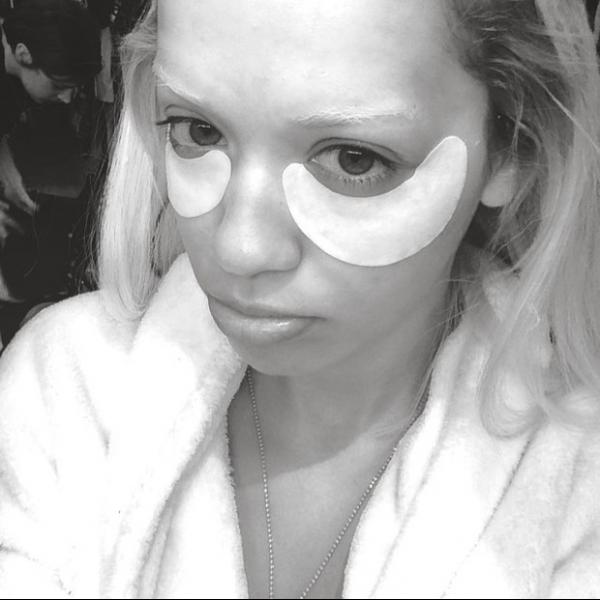 Rita Ora usa adesivo para tirar olheiras antes de ensaio fotográfico