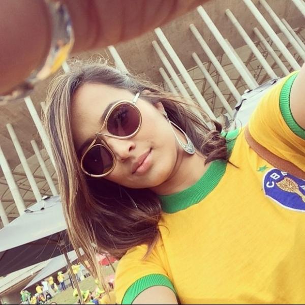 Thaíssa Carvalho, namorada de Daniel Alves, torce por ele no estádio