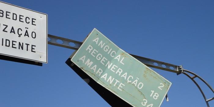 Placa de sinalização ameaça cair sobre a BR 343 em Angical