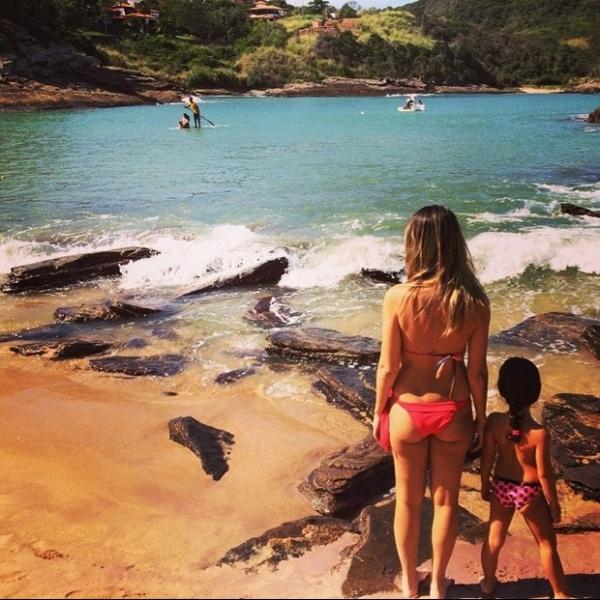 De biquíni, Ingrid Guimarães posa com a filha em praia
