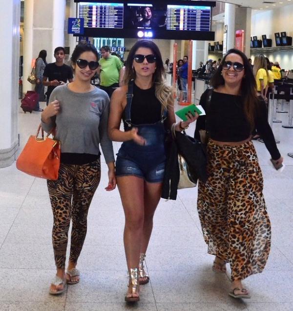 De roupa curta, Babi Rossi tira foto com fã em aeroporto