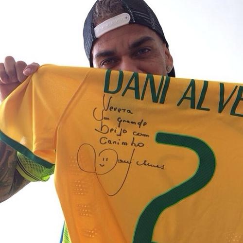 Ivete Sangalo ganha uma camisa da seleção autografada por Daniel Alves