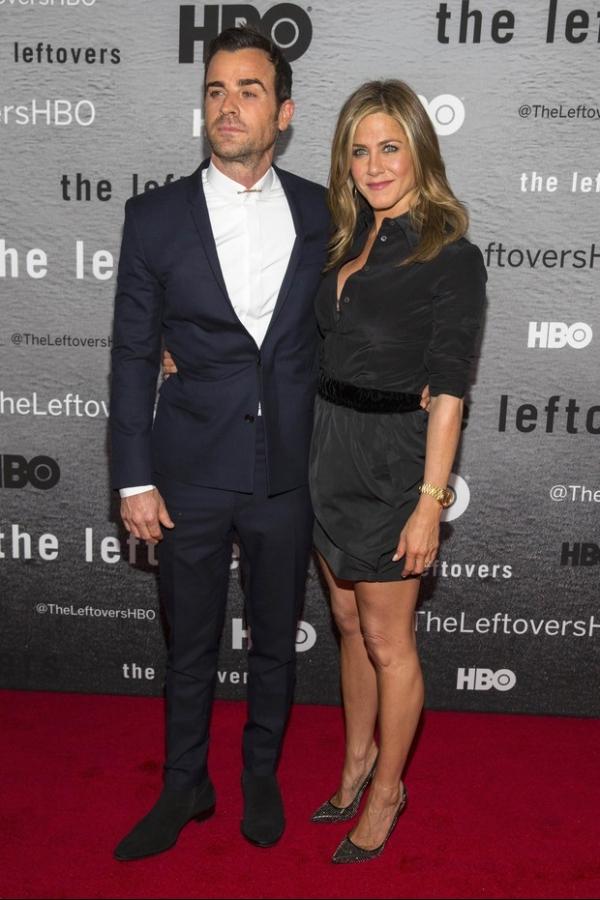 Jennifer Aniston usa sapato de quase R$ 3 mil em première