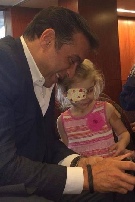 Menina expulsa de restaurante conhece médico que tratará rosto gratuitamente
