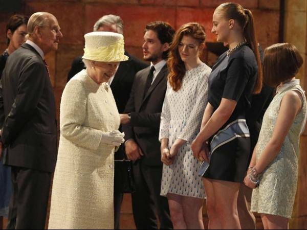 Rainha Elizabeth II visita cenários e conhece atores de