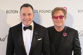 Elton John briga com marido em voo e amigos não se surpreendem, diz site