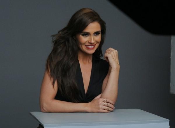 Giovanna Antonelli usa decote para fotografar campanha de joias