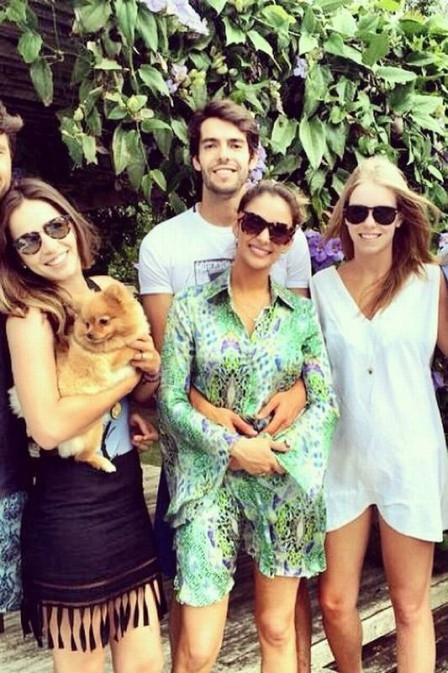 Kaká e Carol Celico posam abraçados durante viagem romântica à Bahia