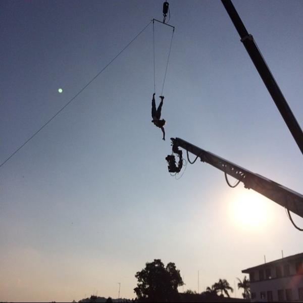 Mariana Ximenes filma suspensa de cabeça para baixo