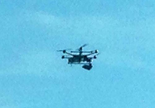 Mulher seminua se assusta ao flagrar drone na janela do 26º andar de casa