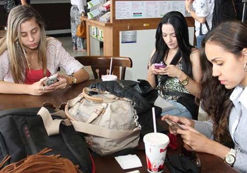 Estudo: 30% dos brasileiros acessam rede social pelo celular