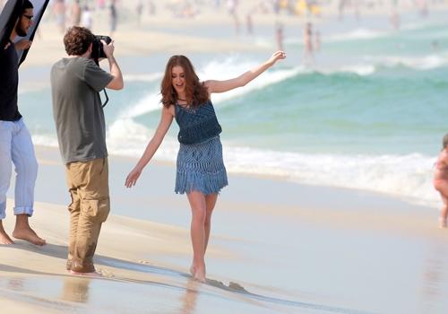 Marina Ruy Barbosa posa na praia e quase mostra demais ao entrar na água