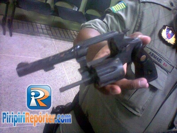 Assaltante deixa arma cair durante perseguição policial no centro de Piripiri!