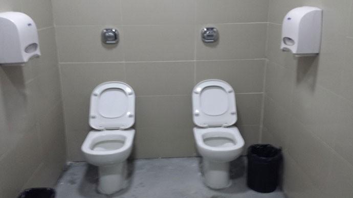 Haja intimidade! Arena da Baixada tem banheiro com vasos instalados lado a lado