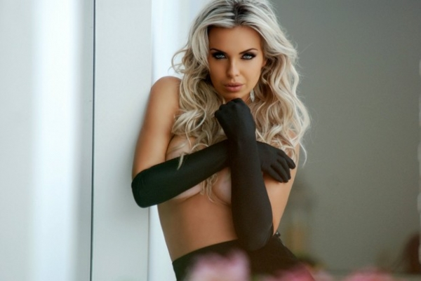Veridiana Freitas faz topless em ensaio sexy