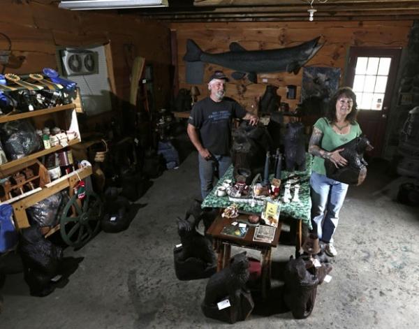 Americano impressiona com obras em madeira feitas com motosserra
