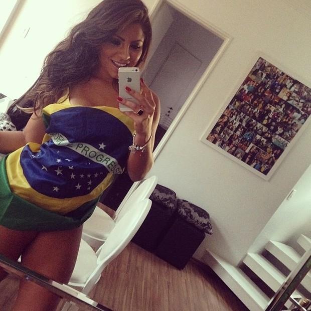 Andressa Ferreira posta foto enrolada na bandeira do Brasil