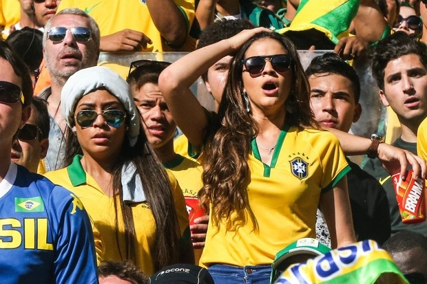 Bruna Marquezine e Rafaella Santos rezam ao acompanhar pênaltis