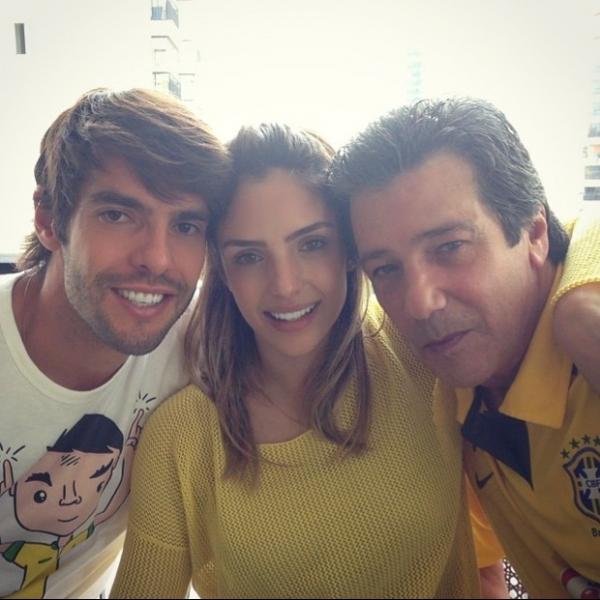 Carol Celico posa ao lado de Kaká e do pai: