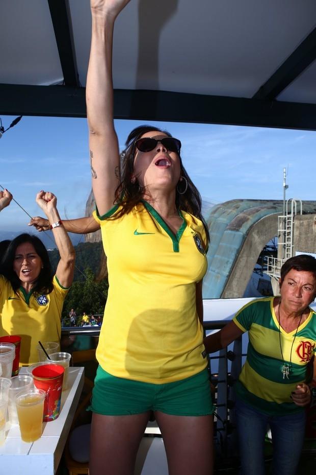 De shortinho e blusa coladinha, Anitta festeja com a família a vitória da Seleção