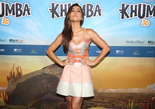 De vestido curtinho, Sabrina Sato marca presença em pré-estreia