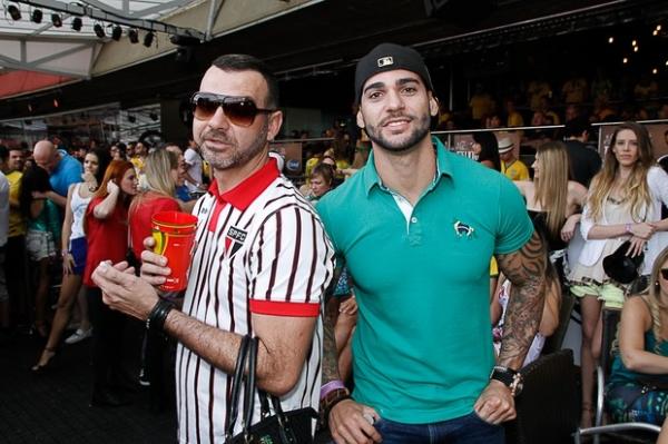 Ex-BBBs Kamila e Eliéser assistem jogo do Brasil em festa em São Paulo
