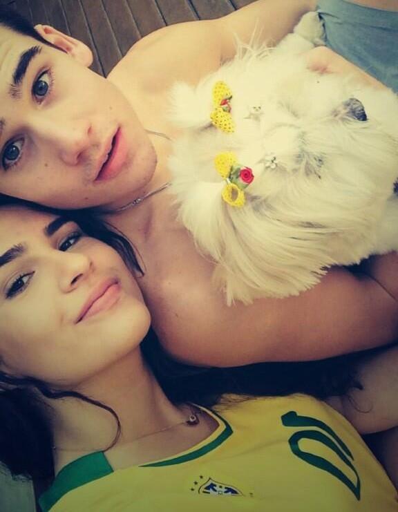 Lívian Aragão acompanha jogo do Brasil com o namorado