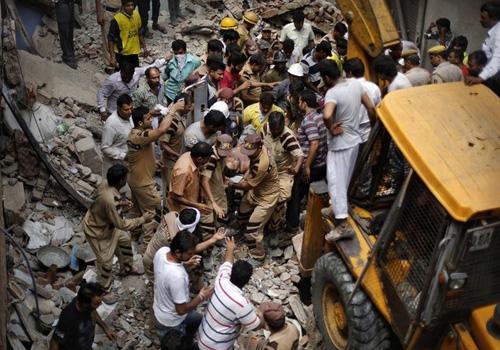 Prédio antigo de quatro andares desaba e mata sete pessoas na Índia