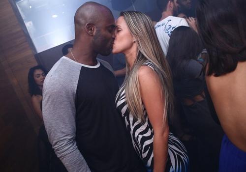 Rafael Zulu se aventura como DJ e beija muito em boate carioca