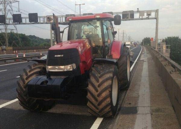 Britânico tem trator apreendido ao ser flagrado dirigindo em auto-estrada