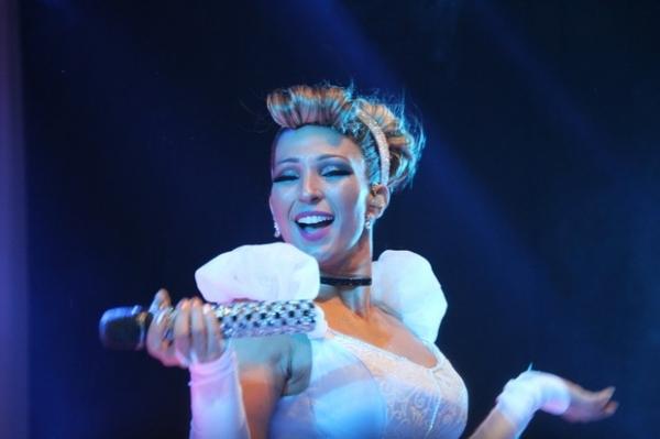 Com decote e pernas de fora, Valesca Popozuda faz show no Rio