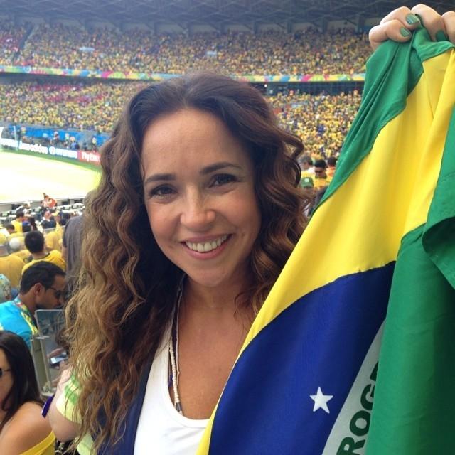 Daniela Mercury tieta Bruna Marquezine em estádio